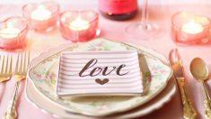 Decorar la mesa de forma especial es indispensable para una cena romántica