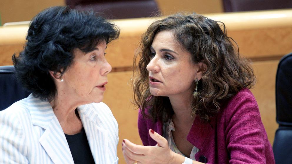Las ministras Isabel Celaá y María Jesus Montero en el Senado. (Foto: EFE)