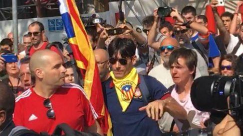 En el centro, Francisco López Gómez (con un pañuelo amarillo) y a la izquierda el policía nacional agredido.