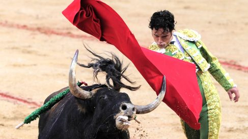 Miguel Abellán durante una faena en Pamplona en 2016 (Foto: AFP).