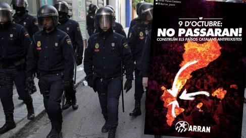 Una unidad de policías antidisturbios y el cartel de la manifestación separatista en Valencia