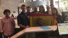 El PP lleva una bandera a la Delegación del Govern en Gerona (EP).