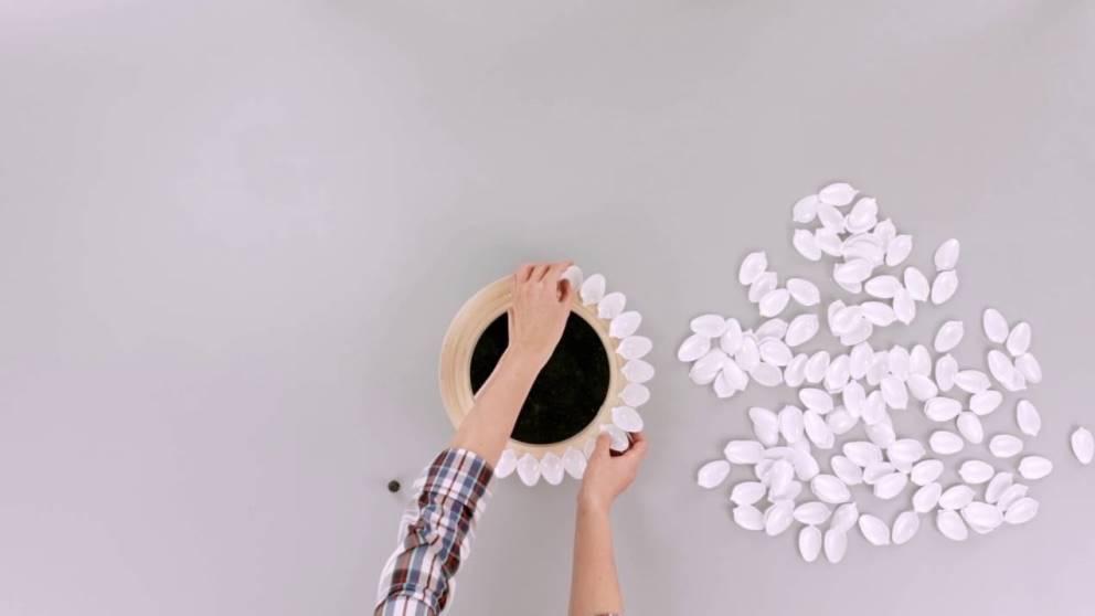 Aprende a hacer un espejo con cucharas de plástico paso a paso