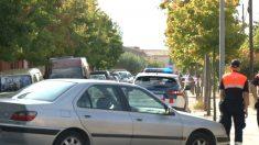 Los Mossos en la calle del asesinato (Foto:  Joan Guirado).