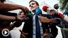 Pablo Casado atendiendo a los medios de comunicación