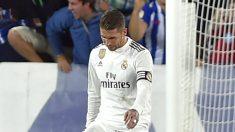 Sergio Ramos, cabizbajo tras el gol del Alavés. (AFP)
