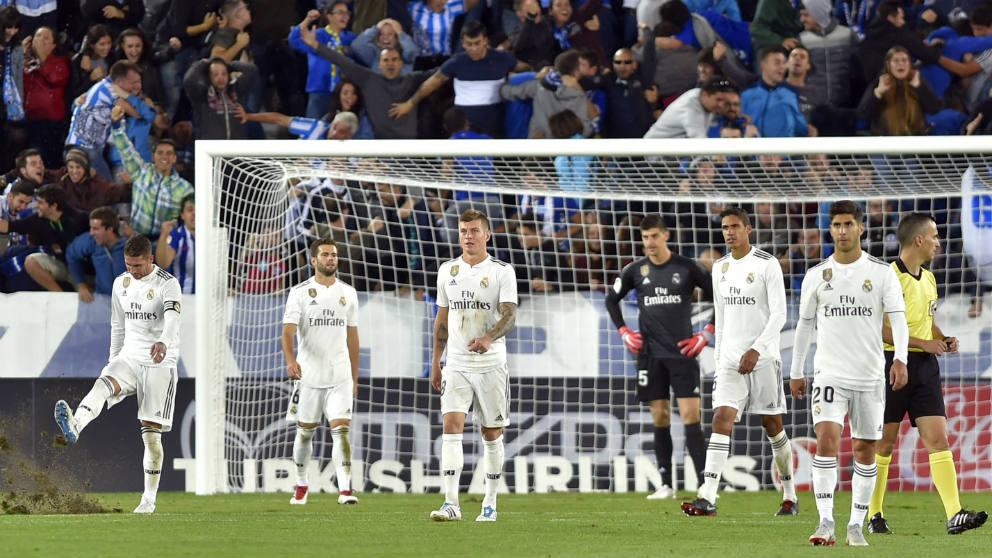 Los jugadores del Real Madrid, cabizbajos tras perder en Vitoria. (AFP)