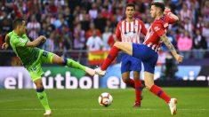 Saúl pele un balón durante el Atlético – Betis. (AFP)