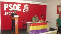 La bandera de la II República, en la sede del PSOE de Arcos de la Frontera (Cádiz).