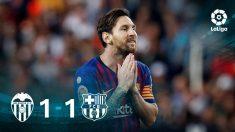 Leo Messi se lamenta tras fallar una ocasión en Mestalla.