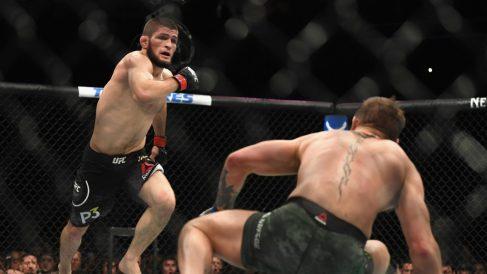 Khabib se lanza a por McGregor en el UFC 229. (AFP)