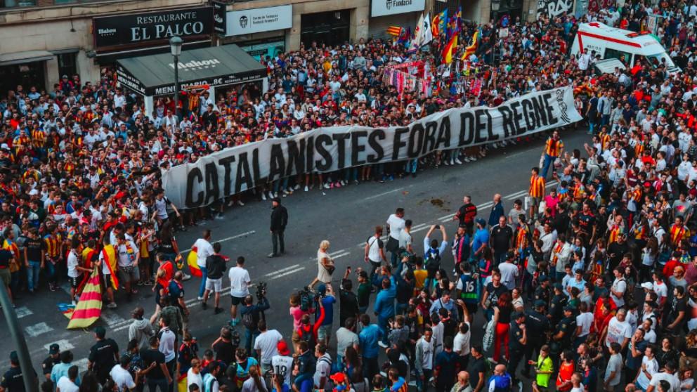 Los aficionados del Valencia, con la pancarta en los aledaños de Mestalla.
