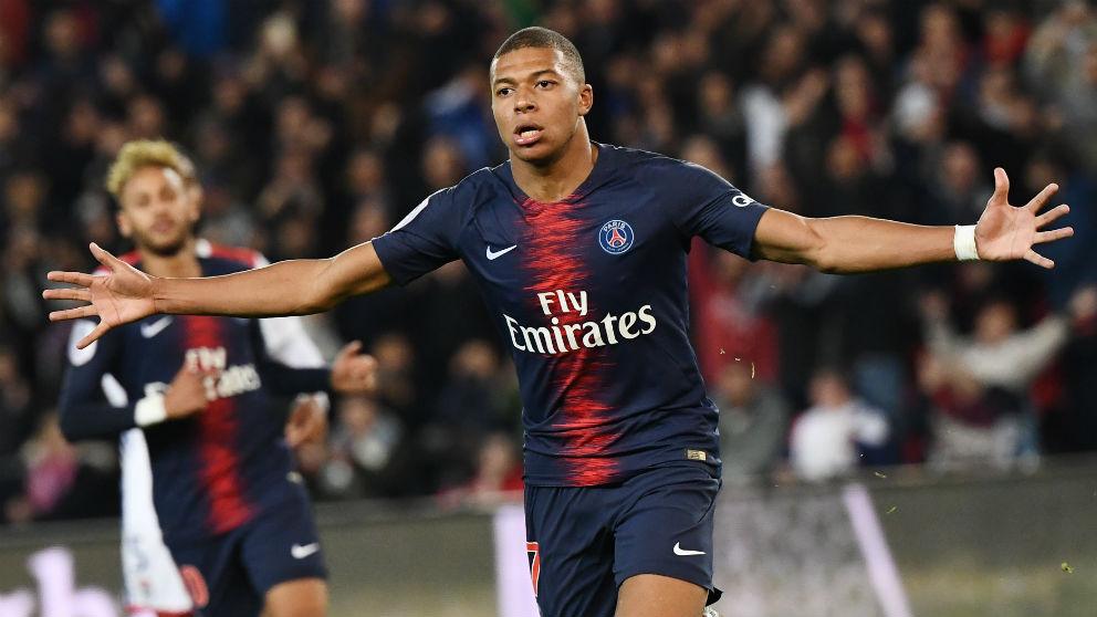 Mbappé, en la celebración de uno de sus cuatro goles al Lyon (AFP)