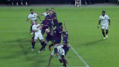 Gerard Piqué prolonga el balón con su espalda y Garay anota el gol en el Valencia – Barcelona.