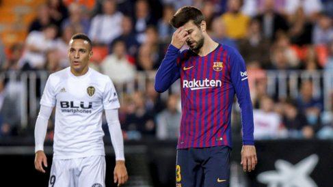 Piqué, en un momento del Valencia – Barcelona. (EFE)