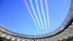 La Patrulla Águila sobrevoló el Metropolitano en homenaje al 175 aniversario de la bandera de España. (AFP)