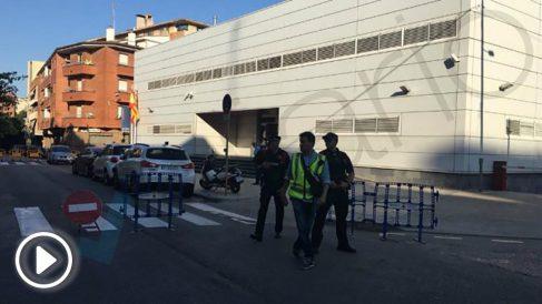 Agentes de los Mossos d'Esquadra custodian el cordón policial al rededor del centro tras el ataque que ha terminado con un hombre abatido. Foto: OKD