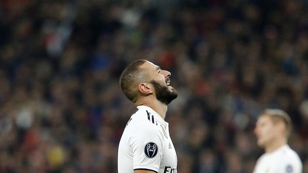 Karim Benzema se lamenta tras errar una ocasión de gol. (Getty)