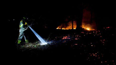 Los bomberos tratan de sofocar el incendio en Mondariz, en Galicia. (Foto: EFE)