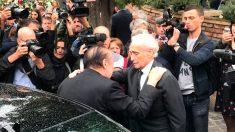El tenor Josep Carreras abraza al hermano de la fallecida Montserrat Caballé tras el funeral de la soprano. Foto: Europa Press