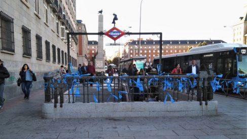Una parada de metro en Moncloa con los lazos azules colocados por el colectivo neonazi Hogar Social Madrid en contraposición a los lazos amarillos del independentismo catalán. Foto: Europa Press