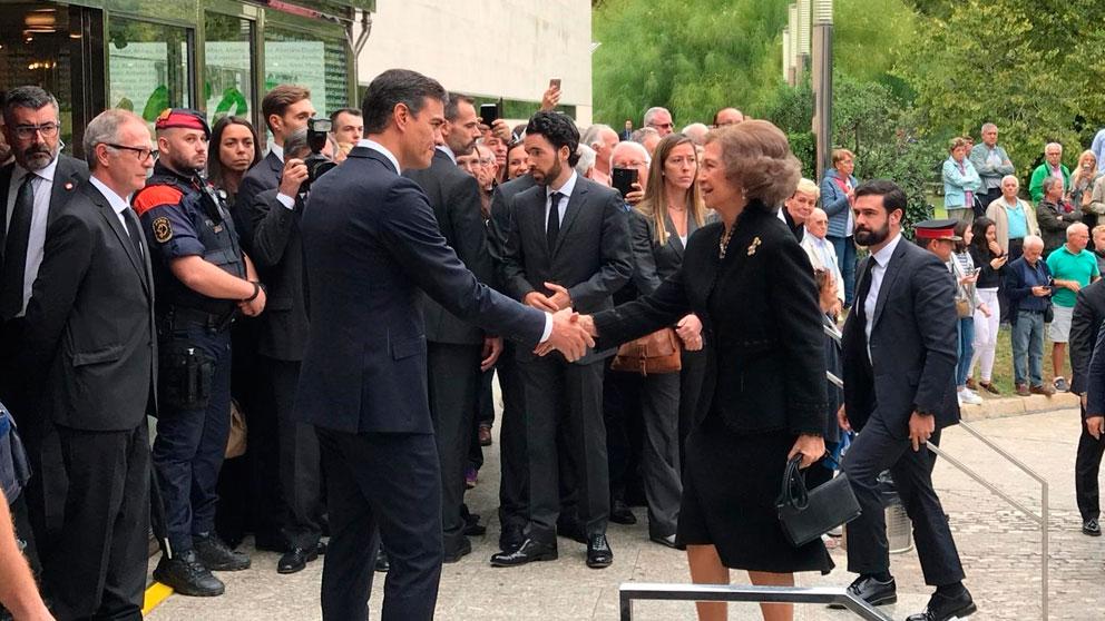 Pedro Sánchez recibe a la Reina Sofía a su llegada al funeral de Montserrat Caballé. Foto: Europa Press