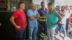 La presidenta de la Junta de Andalucía, Susana Díaz conversa con unos operarios durante la visita realizada hoy al astillero de Navantia en San Fernando (Cádiz)