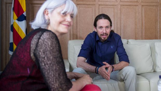 La profesora y exalcaldesa Dolors Sabater con el líder de Podemos, Pablo Iglesias.