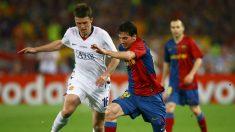 Michael Carrick pelea un balón con Leo Messi en la final de la Champions League 2009. (Getty)