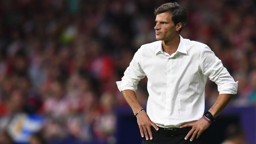 Leo Franco, durante un partido como entrenador del Huesca. (AFP)