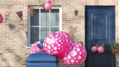 Decora tu fiesta pegando globos en paredes, puertas, columnas, etc