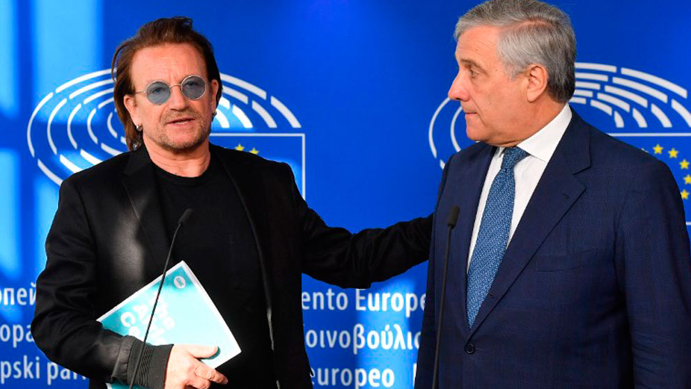El cantante Bono, líder de la banda irlandesa U2, junto a Antonio Tajani en el Parlamento Europeo. Foto: AFP