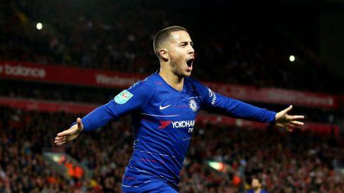 Hazard celebra un gol ante el Liverpool (Getty).