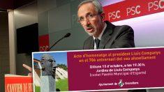 Josep Mayoral, alcalde del PSC en Granollers (Barcelona) y el cartel del acto en homenaje a Lluís Companys