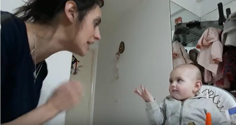 Madre y bebé causan ternura al 'discutir' de manera singular
