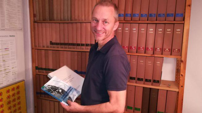 El cazador de plagios Martin Heidinsfelder, con la tesis doctoral y el libro de Pedro Sánchez. (Foto: OKDIARIO)