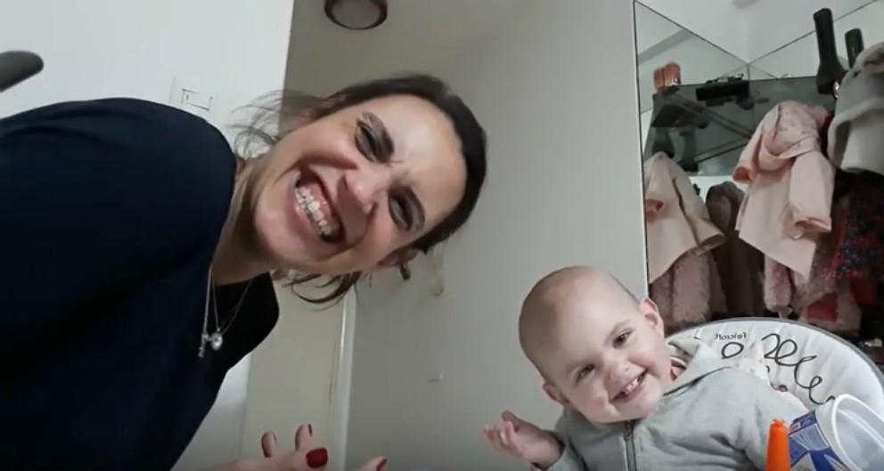 La divertida conversación entre una madre y su bebé de 15 meses