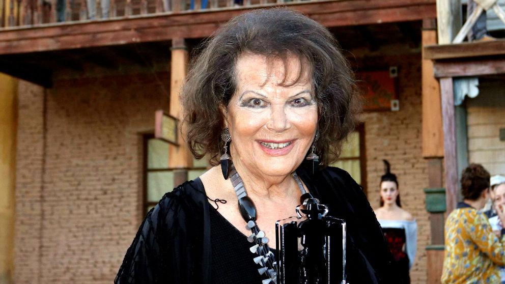 Claudia Cardinale con el premio (Foto: EFE).