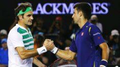 Federer y Djokovic se saludan tras su duelo en el Abierto de Australia. (Getty)