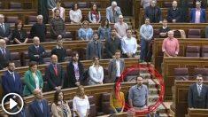 Pablo Iglesias con las manos en los bolsillos en el Congreso durante el minuto de silencio en el Congreso