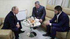 Putin conversa con Khabib en su regreso a Rusia.