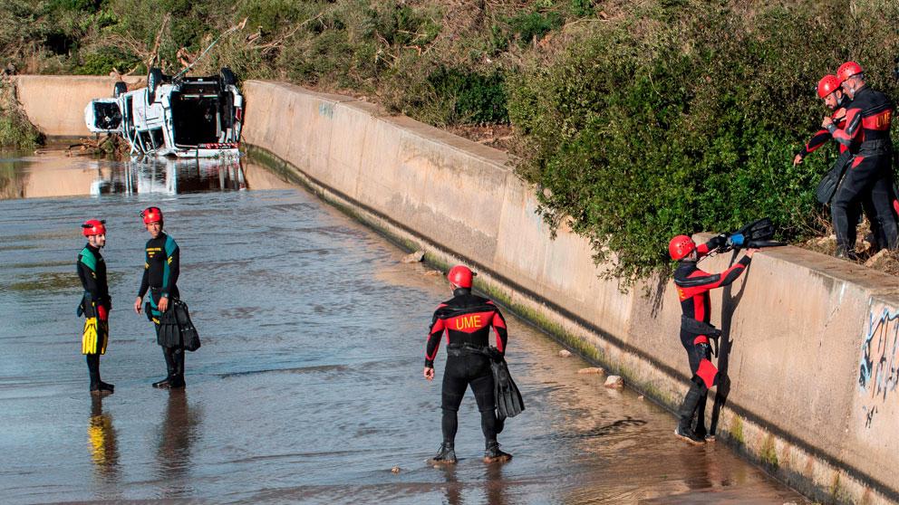 Los equipos de rescate de la Unidad Militar de Emergencias rastrean hoy, de «forma minuciosa», las zonas del Levante de Mallorca afectadas por las lluvias torrenciales en las que se sospecha podrían encontrar a las tres personas que permanecen desaparecidas, incluido un niño de 5 años. Foto: EFE