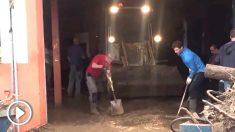 Rafa Nadal ayuda a los vecinos tras las inundaciones. (Foto: @cmarquezdaniel)