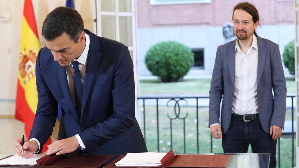 Pedro Sánchez y Pablo Iglesias firman el acuerdo sobre los Presupuestos para 2019. (Foto: EFE)