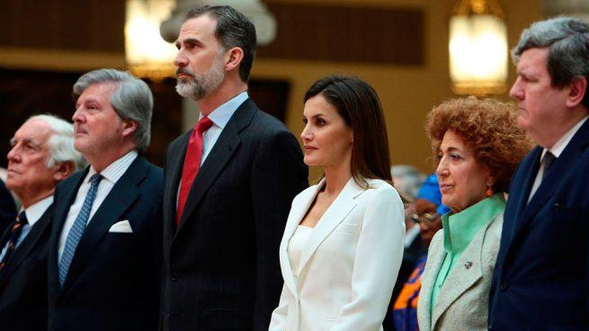 Reyes de España presiden desfile por Fiesta Nacional; presidente Sánchez es abucheado