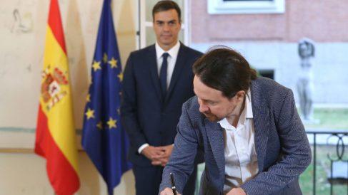 El presidente del Gobierno, Pedro Sánchez (izda), y el secretario general de Podemos, Pablo Iglesias, han firmado hoy en el Palacio de la Moncloa el acuerdo sobre el proyecto de ley de presupuestos para 2019. (Foto: Efe)