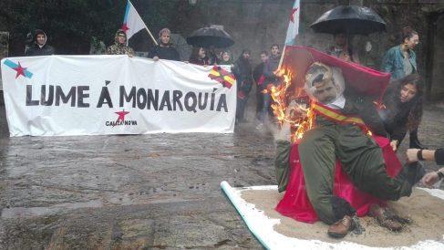 Radicales del BNG queman un muñeco del Rey. Foto: Europapress