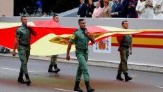 Tropas de las Fuerzas Armadas desfilan con una bandera de España. Foto: EFE