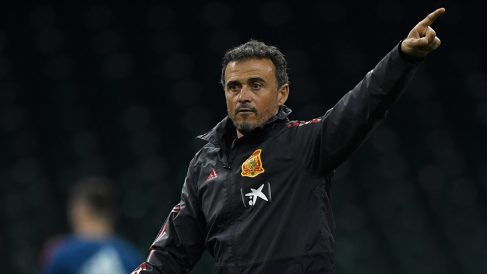 Luis Enrique da indicaciones durante un entrenamiento con La Roja. (Getty)