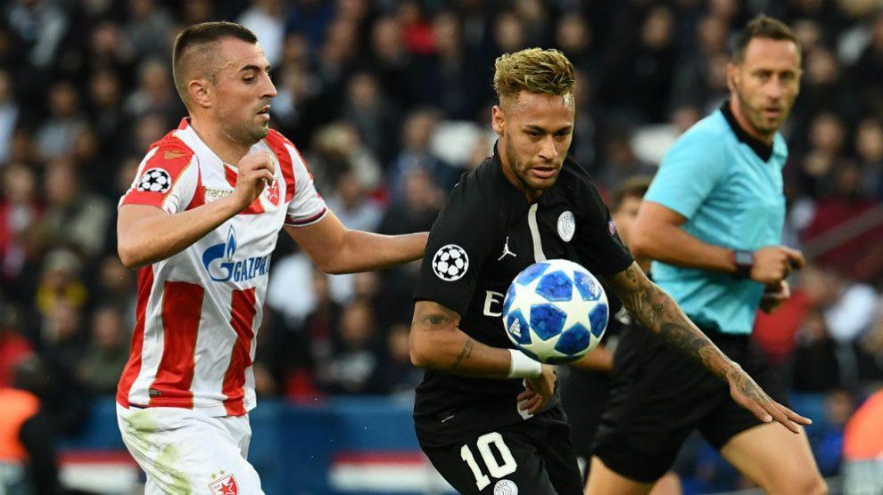 Neymar disputa un balón en el partido contra el Estrella Roja. (AFP)